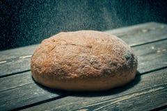 Nytt rågbröd på bageritabellen arkivfoto