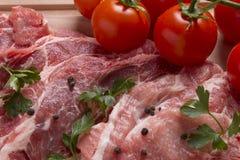Nytt rått fläskkotlettkött på skärbräda Royaltyfria Bilder