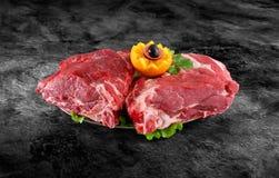 Nytt rått griskötthalskött dekorerade med grönsaker på köksbordet plus den snabba banan Fotografering för Bildbyråer