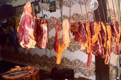 Nytt rått mörkt kött på slaktaren shoppar för skärm royaltyfri bild