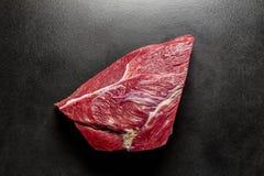 Nytt rått nötkött för över huvudet sikt på svart däck Arkivbilder