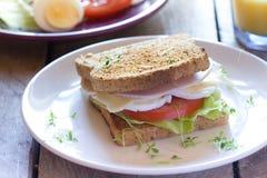Nytt rostat bröd med grönsaker, ost och skinka Arkivfoton