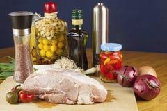 Nytt rått griskött på en skärbräda med grönsaker Arkivfoton