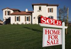nytt sålt försäljningstecken för främre home hus Arkivfoto