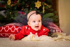 nytt s år för begrepp Förtjusande liten flicka och pojke nära en Christma royaltyfri foto