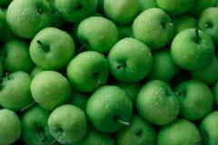 Nytt saftigt grönt äpplebruk som bakgrund royaltyfria bilder