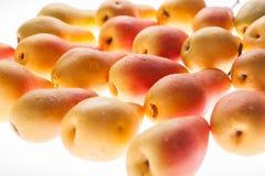 Nytt, saftigt ljust päron på en vit glödande bakgrund Royaltyfri Foto