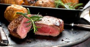 Nytt saftigt medelsällsynt nötkött Grillsteak Grillfestköttslut upp arkivfoton