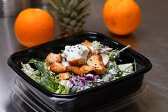 Nytt salladmål packade i en plast- behållare som var klar att äta - sund takeaway mat och ätabegreppet Skjutit i ett verkligt sun arkivfoto