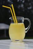 Nytt sammanpressad lemonad på en tabell Arkivbild