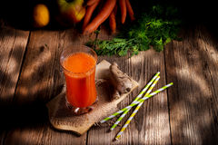 Nytt sammanpressad morotfruktsaft Fotografering för Bildbyråer