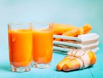 Nytt sammanpressad morotfruktsaft i exponeringsglasen Royaltyfri Bild