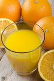 Nytt sammanpressad orange fruktsaft i ett exponeringsglas Royaltyfri Foto