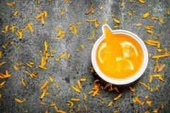 Nytt sammanpressad orange fruktsaft med stycken av frukt royaltyfri fotografi