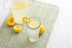 Nytt sammanpressat lemonadfruktsaftexponeringsglas arkivfoton