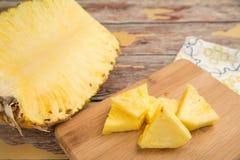 Nytt skivad ananas på en bambuskärbräda royaltyfria bilder
