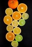 Nytt skivade apelsiner, citroner och limefrukter dekorerade på en kritiseraplatta fotografering för bildbyråer