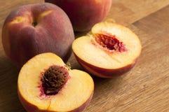 Nytt skivade persikor royaltyfri fotografi