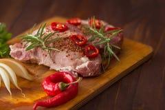 Nytt skivat rått kött på en träskärbräda Royaltyfria Foton