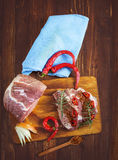 Nytt skivat rått kött på en träskärbräda Royaltyfria Bilder