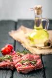 Nytt skivat rått kött på en träskärbräda Arkivfoto