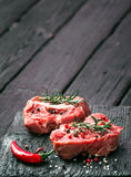 Nytt skivat rått kött på en träskärbräda Arkivbild