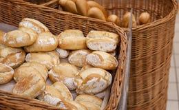 Nytt smakligt bageri i vide- korg royaltyfri bild