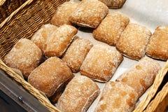 Nytt smakligt bageri i vide- korg fotografering för bildbyråer