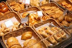 Nytt smakligt bageri i vide- korgar arkivbild