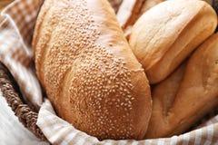 Nytt smakligt bröd i den vide- korgen, closeup arkivbild