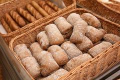 Nytt smakligt bröd i vide- korg arkivfoto