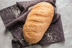 Nytt smakligt bröd på grå bakgrund arkivbilder