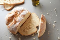 Nytt smakligt bröd på grå bakgrund royaltyfri foto