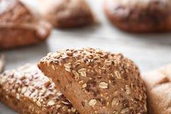 Nytt smakligt bröd på tabellen, closeup royaltyfri fotografi