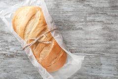 Nytt smakligt bröd på träbakgrund royaltyfri foto