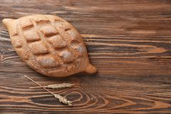 Nytt smakligt bröd på träbakgrund arkivfoto