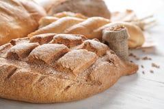 Nytt smakligt bröd på träbakgrund, closeup royaltyfria foton