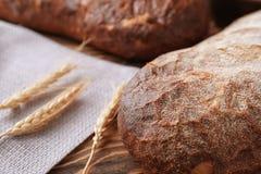 Nytt smakligt bröd på trätabellen, closeup arkivfoton