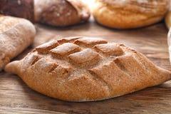 Nytt smakligt bröd på trätabellen, closeup arkivbild