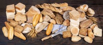 Nytt sortiment av bakade brödvariationer Royaltyfria Foton