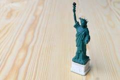 nytt statysymbol USA york för amerikansk frihet New York USA på trätabellen med bakgrund Arkivfoton