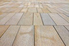 Nytt stenlägga som göras med stenkvarter av rektangulär form i en fot- zon med breda skarvar för dräneringen av regnvatten fotografering för bildbyråer