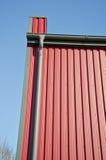 Nya stuprännor på den moderna husväggen Royaltyfria Foton