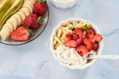 Nytt sunt äta för keso-, gräddfil-, jordgubbe-, banan och päronafor Arkivfoton