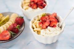 Nytt sunt äta för keso-, gräddfil-, jordgubbe-, banan och päronafor Fotografering för Bildbyråer