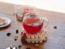 Nytt, sunt växt- rött te med bär och torkade frukter En full tekanna på en suddig tabellbakgrund kopiera avstånd Royaltyfri Fotografi