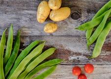 Nytt tvättat, hem- - fullvuxna löparebönor och nya potatisar för salladingredienser royaltyfria foton