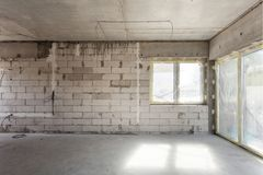 nytt under för konstruktionshus Kolsyrade konkreta kvarter, cementmurverkväggar, plast- fönster, elektrisk ledningsnätinstallatio Arkivbilder