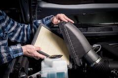 Nytt utbyte för luftfilter i en lastbilmotor royaltyfri foto