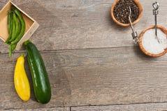 Nytt valda grönsaker med wood bunkar av havet saltar, och ny peppar konserverar Arkivbilder